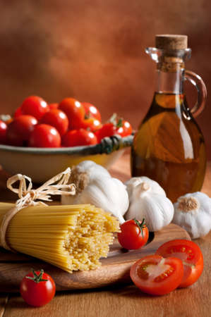 bolognese: Preparation of spaghetti pasta with tomatoes, garlic and olive oil