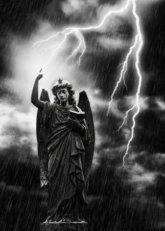 tumbas: Imagen de concepto religioso, rayo golpear una estatua del �ngel Gabriel  Foto de archivo