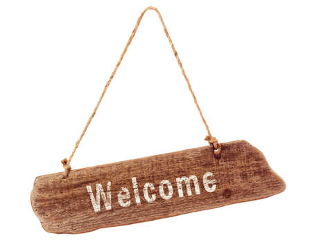 bienvenidos: Bienvenido letrero de madera sobre un fondo blanco Foto de archivo