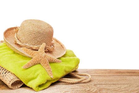 strandlaken: Strand tas en een handdoek op zandige dek met witte copyspace