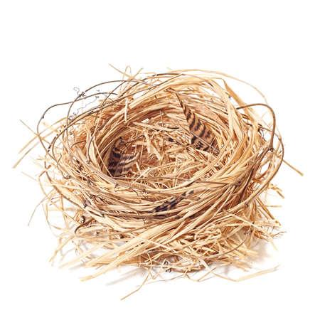 Lege stro nest met takjes en veren op een witte achtergrond