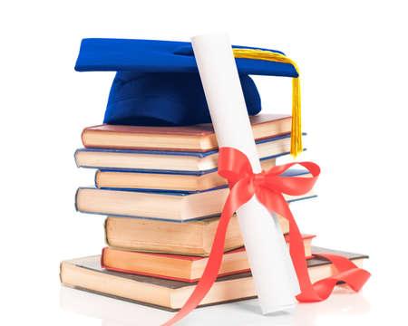 Bücher mit Graduierung Mörtel Bord und Diplom blättern auf weißem Hintergrund Standard-Bild - 13293921