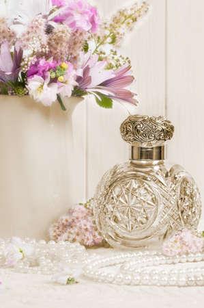 fragranza: Antique profumo bottiglia di vetro sulla signore coiffeuse con collana di perle