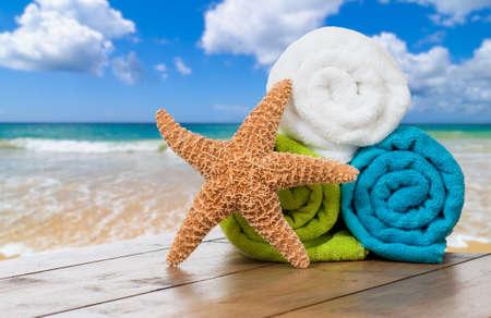 estrella de mar: Toallas de playa de verano con estrellas de mar contra el fondo del océano