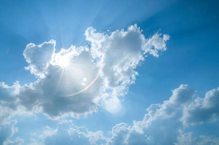 lens flare: Dom di rottura attraverso le nubi estive con lens flare intenzionale