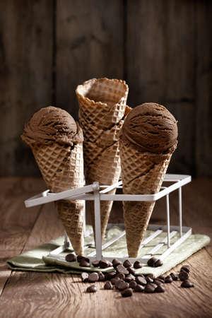 helado cucurucho: Viruta de chocolate helado con aire vintage Foto de archivo
