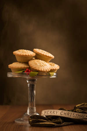 fayre: Christmas mince pies on glass stand with Merry Christmas ribbon Stock Photo