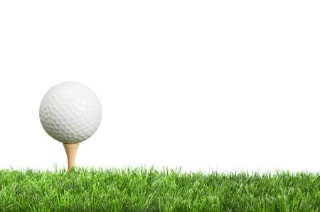 pelota de golf: Pelota de golf en te con el fondo blanco para el espacio de copia