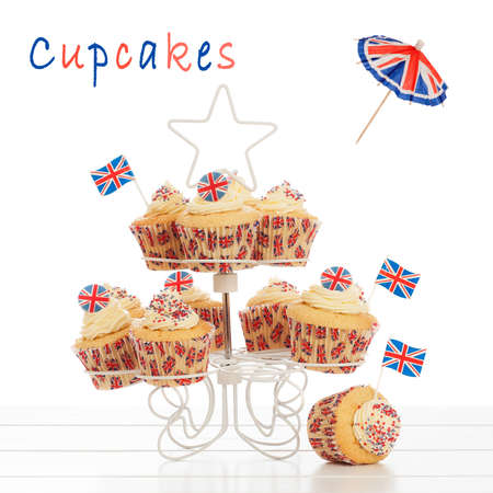 Union Jack pastelitos en el stand con un fondo blanco photo
