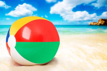 在沙滩的海滩球