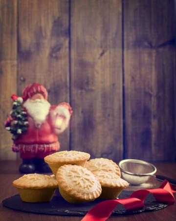 carne picada: Festiva de la Navidad tartas de carne picada en entorno rústico vendimia