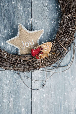 door leaf: Close up of rustic Christmas wreath in winter snow Stock Photo