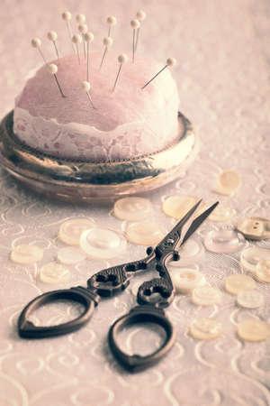 antique scissors: Forbici d'epoca con bottone e puntaspilli - effetto suono vintage aggiunti Archivio Fotografico