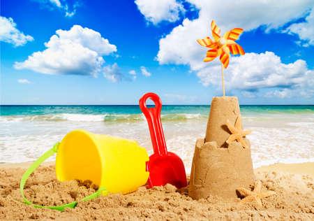 Castelli di sabbia sulla spiaggia con secchiello e paletta