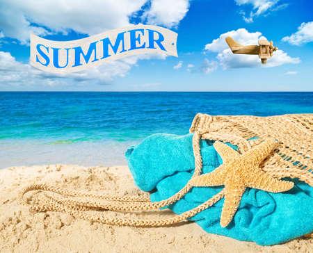 海滩袋和毛巾与在海洋广告夏天的横幅