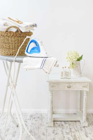 鉄と洗濯のバスケットが付いている家の洗濯室 写真素材