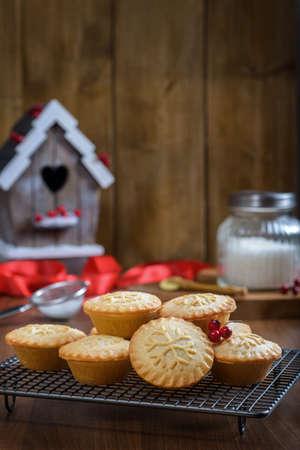 carne picada: Hornear en Navidad con pasteles de carne sobre una rejilla de refrigeración