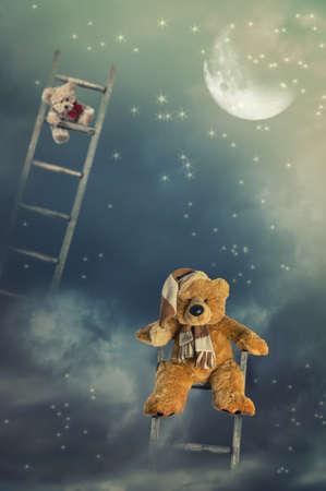 osos de peluche: Osos de peluche en las escaleras de madera rústica en el cielo que alcanza para las estrellas