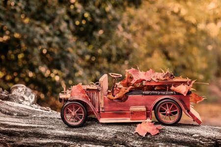 vintage: Vintage rode vrachtwagen met herfstbladeren - concept voor het brengen in de herfst seizoen Stockfoto