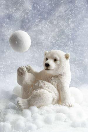 Eisbär Winter Dekoration Spiel mit einem Schneeball Standard-Bild - 32516842