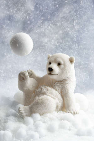 Polar bear winter decoration playing with a snowball Banque d'images