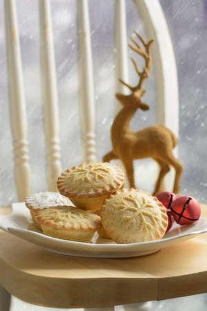 carne picada: Placa de los pasteles de carne para la Navidad Foto de archivo