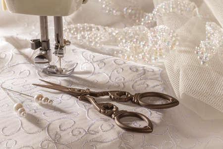 골동품 바느질이 위 및 재봉틀과 신부 재료 스톡 콘텐츠