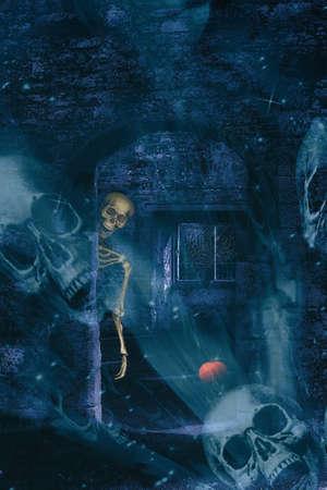 huesos humanos: Esqueleto en ruinas de la abadía en Halloween con cráneos doble exposición