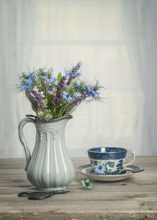 grabado antiguo: Florero antiguo de acianos azules con tono de época