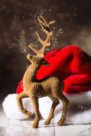 renna: Renne di Natale con cappello santa in cornice festosa