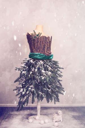 snowballs: Natale Manichino vestito con rami di abete con un orso polare e palle di neve