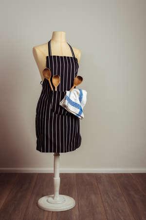 mandil: delantal de cocina con utensilios de repostería en el bolsillo con el tono de época Foto de archivo