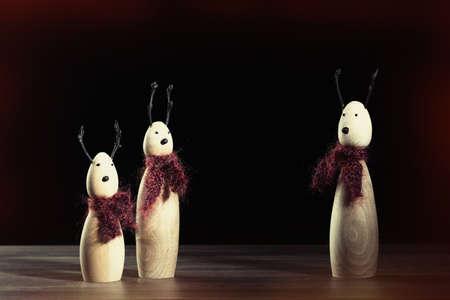 sciarpe: Piccoli ornamenti renna in legno che indossano sciarpe a maglia Archivio Fotografico