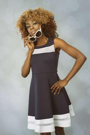 アフリカのカリブ海の女性、ヴィンテージ70年代の服を持つアフロの髪