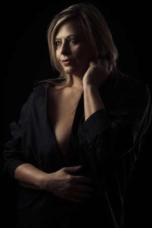 femme d & # 39 ; âge mûr en chemise noire élégante avec éclairage créatif Banque d'images