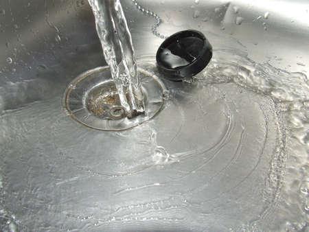 enchufe: Agua vertida por el desagüe, ya sea simbólica de flujo o el despilfarro