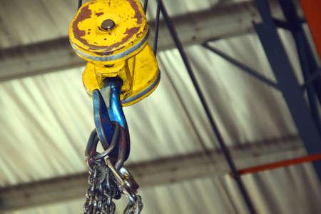 hijsen: Hoist, haak en ketting in een fabriek Stockfoto