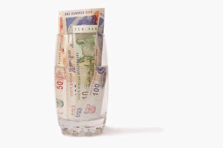 �south: Sudafricano di denaro in un bicchiere d'acqua isolato su uno sfondo bianco