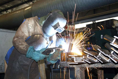 Artisan welding in a factory