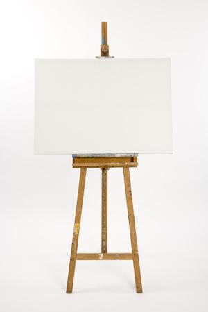 Chevalet d'artistes bien utilisé avec toile vierge en attente