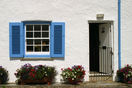 England, Cornwall, St Mawes, Blue and white cornish seaside cottage Foto de archivo