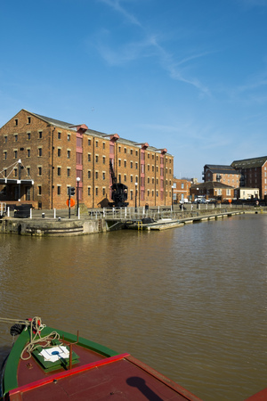 Spring sunshine on the industrial heritage travel destination of Gloucester Docks, Gloucester, UK 免版税图像