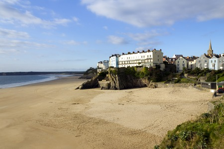 UK, Wales, Pembrokeshire, the town on cliffs above an empty Castle Beach at Tenby Archivio Fotografico