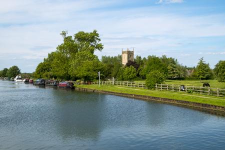 Late spring sunshine on colourful narrowboats moored near Splatt Bridge on the Gloucester & Sharpness Canal at Frampton on Severn, Gloucestershire, UK Banco de Imagens