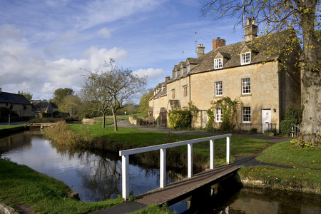 England, Gloucestershire, Cotswolds, Lower Slaughter in autumn, riverside cotswold stone cottages Foto de archivo