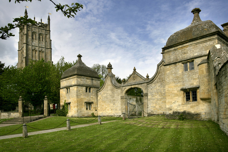 England, Gloucestershire, Cotswolds, Chipping Campden, Gate houses and church Stock Photo