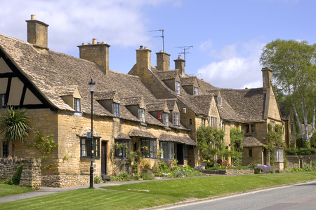 A row of pretty honey coloured stone cottages in Broadway,  Worcestershire, Cotswolds, UK Stock Photo