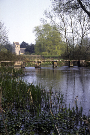 The ancient clapper bridge over the River Leach at Eastleach in the Cotswolds, Gloucestershire, UK 写真素材