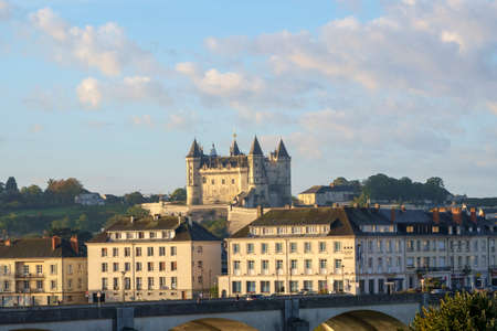 Saumur, France - 6th October 2017: Telephoto view across the city to Chateau de Saumur in early morning autumn sunshine, Saumur, Maine et Loire, France Éditoriale