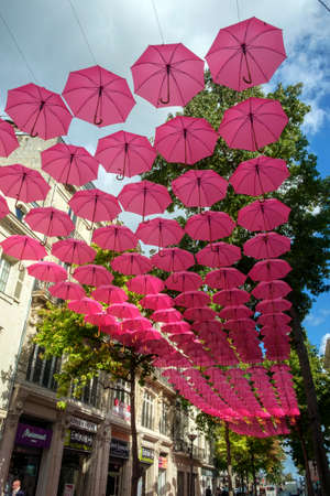 Saumur, France - 6th October 2017:  Pink umbrella art installation on a beautiful sunny autumn afternoon in Saumur, Maine et Loire, France Éditoriale